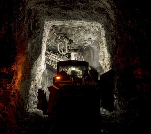 The dirt and debris in this underground mine creates a need for more resilient networks.