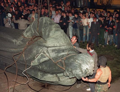 People tear down Iron Felix statue of KGB founder Felix Dzerzhinsky outside KGB headquarters - Moscow - 24 August 1991 - during putsch against Mikhail Gorbachev - CROP.png