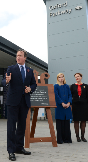 20151026 - Prime minister David Cameron - opening Chiltern railways and Network Rail line at Oxford Parkway station.png