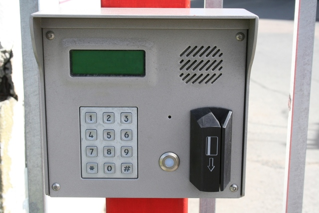 card-reader-1316328-639x426