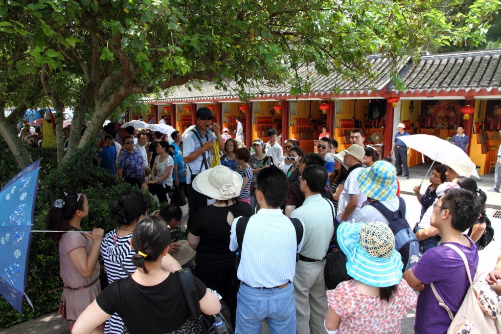 Tour_guide_addressing_a_group_in_China