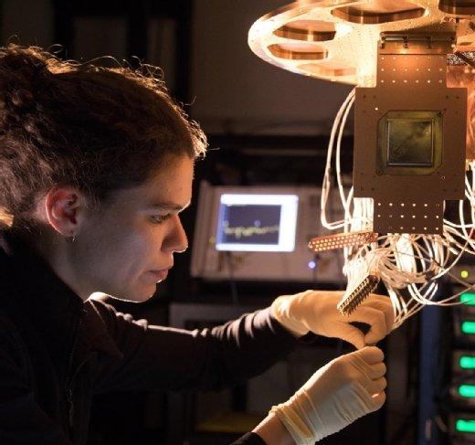 Eine Forscherin von Google installiert einen Quantenprozessor der Reihe Bristlecone mit 72 Qubit.