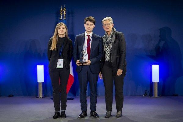 Le projet DataNRJ a décroché le prix Innovation Défense 2018, un prix qui a été remis par Mme Darrieussecq, secrétaire d'état auprès de la ministre des Armées à Aude Delrue, représentante de la mission Achat du Ministère des Armées et Guillaume Vimont (Crédit : Ministère des armées)